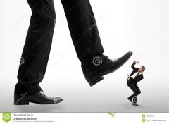 peu-d-homme-d-affaires-écrasé-par-les-pieds-d-20065292.jpg