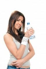 9125688-jeune-fille-hold-bouteille-d-eau-potable-encore-pure-valeur-nutritive-eau-isol-e-sur-un-fond-blanc-e.jpg
