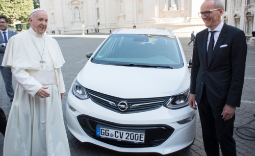 Papa-Francescoper-K-T-Neumann-Opel-Ampera-E-304632.jpg