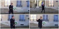 Manuel-Valls-sort-du-Conseil-des-ministres-Charlie-Hebdo-a-la-main.jpg
